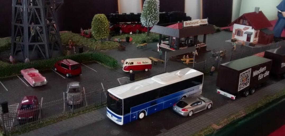 Straßenszene mit einem Pink Cadillac vom Frankfurter Plastik Modellbau Fan Club e.V.