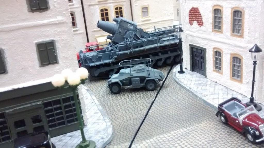 Der Artilleriebeobachter Sd. Kfz. 260 hält mit.