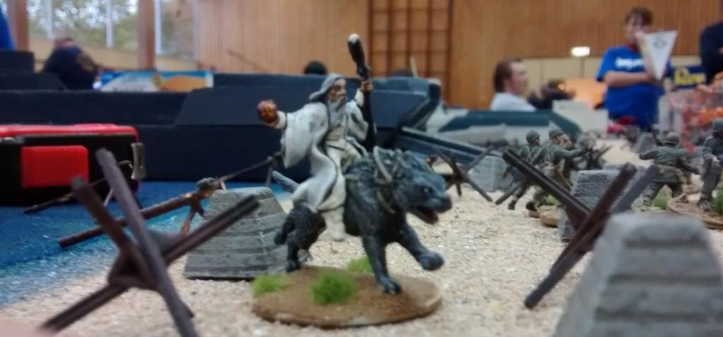 Saruman zwischen den landenden Truppen. Der Zeitsprung könnte hier gefährlich werden.