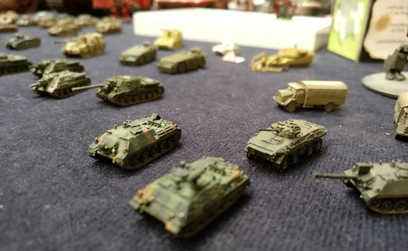 Moderne Zeitgenossen wie der Spähpanzer Luchs von der Bundeswehr stehen neben dem russischen ISU-152. Im Maßstab 1:285 sind sie alle reizvoll.