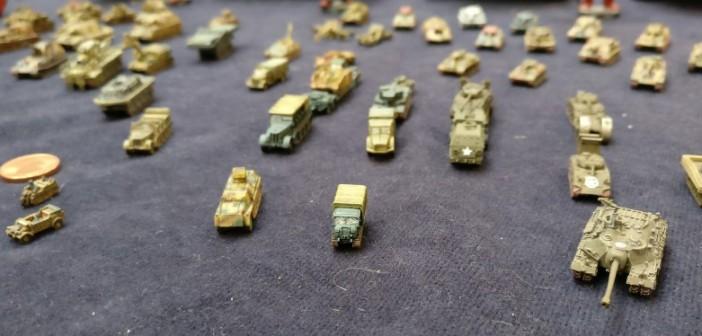 Das 1-Cent-Stück links macht die Dimensionen deutlich. Den T-28 rechts könnte man in mancher Zahnlücke verstecken.