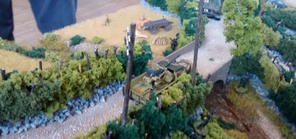 Die Wege durch die Bocagelandschaft waren eng, aber der Strom der nachgeführten Fahrzeuge wollte nicht abreissen.