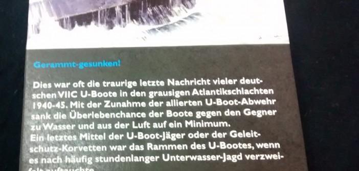 Das erste Diorama von Andy Coenen zeigt eine Szene auf hoher See, bei der ein alliierter U-Boot-Jäger ein deutsches aufgetaucht fahrendes U-Boot rammt und dessen Schicksal besiegelt. Die Schrifttafel erläutert die historischen Hintergründe.