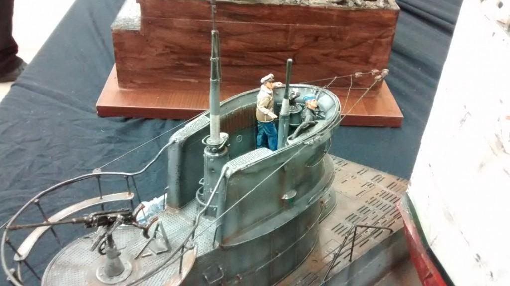 Die beiden U-Boot-Fahrer beobachten die Szene wie erstarrt.