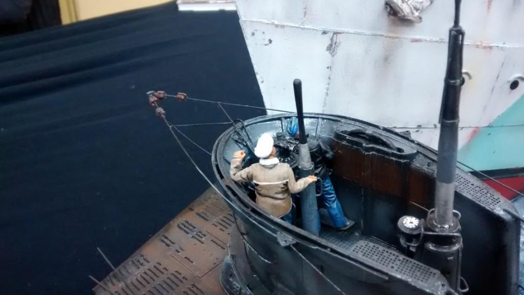 Auch aus dieser perspektive wirken die beiden U-Boot-Fahrer wie versteinert.