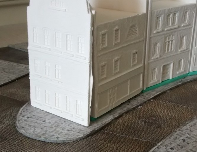 An die Frontseite des Hauses haben wir eine fensterreiche Fassade gestellt. Soooooo oder so ähnlich würde dieses Haus später mal aussehen. Klar, ohne Farbe wirken die Häuser noch nicht so ganz. Aber unser erster Eindruck war: die Häuser kommen so sehr gut. Wir können mit der Produktion fortfahren.