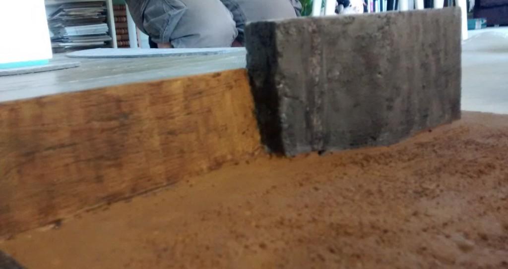 Hier die Rückseite des Widerstandsnetst WN 27, wie sie in die Strandmauer eingearbeitet ist.