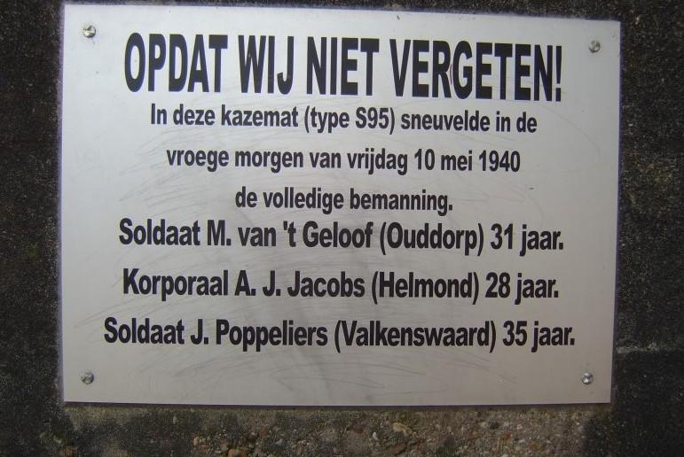 """Die Gedenktafel für die im """"Kazemat 95 S"""" gefallenen Soldaten."""