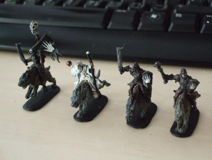 Die Halborks von Dark Alliance (#72016) mit gepanzerten Wargs und Saruman mit dabei. Kunststofffiguren auf hohem technischem Niveau.