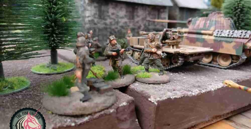 Auf dem rechten Flügel konzentriert sich die Feuerkraft der deutschen Truppen. Panther und beide RSO mit den 7,5cm Paks stehen bereit. ( Behind Omaha. Forum / Spielbericht )