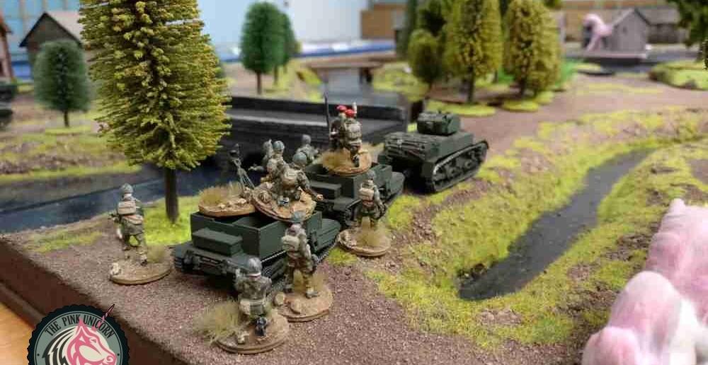Im Zentrum der britischen Front macht sich der zweite M5 Stuart mit einem weiteren 10er-Trupp mit schwerem 3-Inch-Mortar auf den Weg zur Plattenmitte. ( Behind Omaha. Forum / Spielbericht )