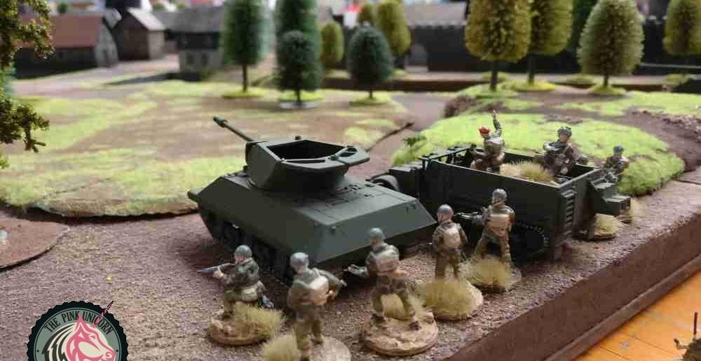 Hier wird es schwere feuerunterstützung geben. Der zweite Panzerjäger geht mit nach Vorne in die Plattenmitte. Ein 10er-Trupp auf M5 Halftrack begleitet ihn.  ( Behind Omaha. Forum / Spielbericht )
