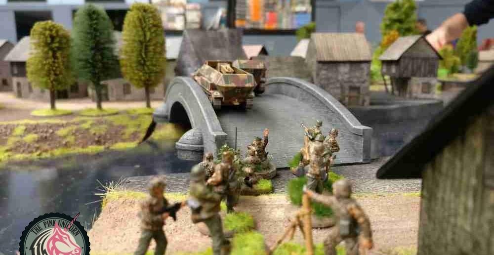 Die Briten hatten den ersten Zug. Nun kommen die deutschen Grenadiere an den Zug. Wie schon angedroht marschieren die Grenadiere Richtung Dorf. Die Sd.Kfz. 251/9 können die Herren leider nicht mitnehmen, also ist Fußmarsch angesagt. Dafür ziehen die Sd. Kfz. 251/9 mit maximaler Geschwindigkeit vor und suchen das Dorf zu besetzen, um es bis zum Eintreffen der beiden schweren Trupps zu verteidigen. ( Behind Omaha. Forum / Spielbericht )