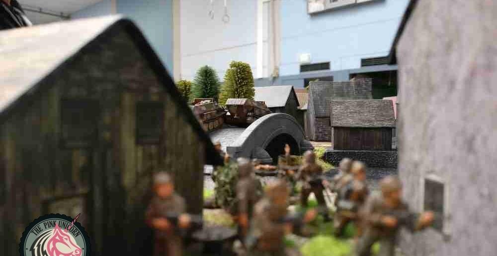 Auch der zweite 10er-Trupp marschiert Richtung Brücke - und schaut neidisch den Sd.Kfz. 251/9 hinterher. ( Behind Omaha. Forum / Spielbericht )