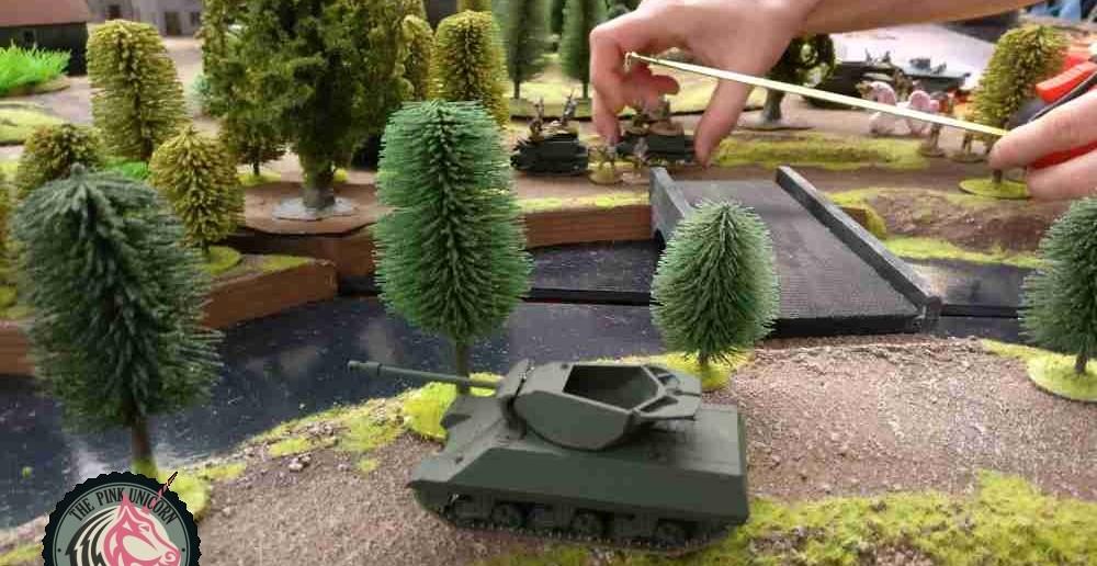 Der Jagdpanzer zieht auf dem parallel verlaufenden Damm nun doch mit dem M5 Stuart in Richtung Krauts. ( Behind Omaha. Forum / Spielbericht )