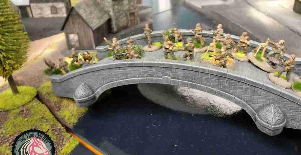 """Die deutschen Grenadiere """"überwinden"""" die Steinbrücke und erreichen den Ortseingang. ( Behind Omaha. Forum / Spielbericht )"""