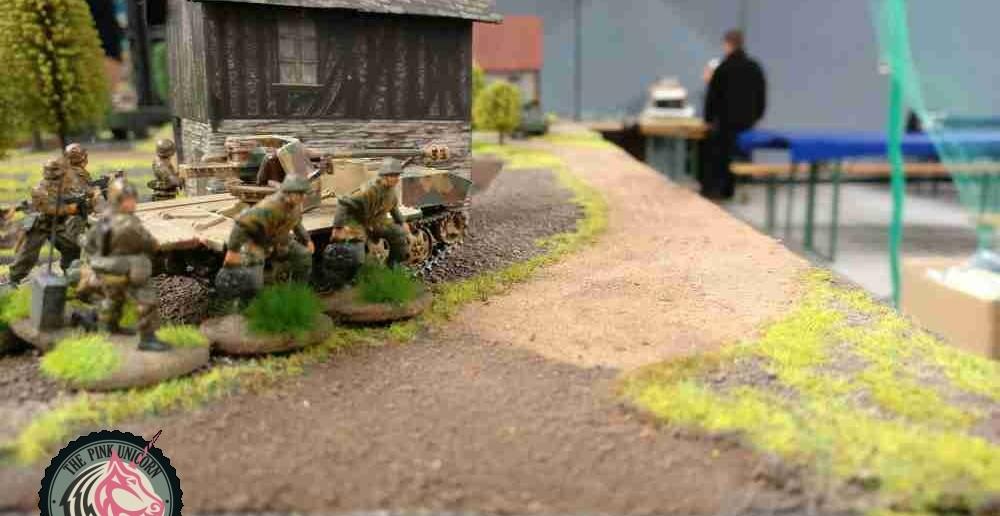 Da vorne zeigt sich ein M5 Stuart. Dem wird man geben für's Gackern. RSO und Trupp stehen bereit für eine Runde Feuerzauber. ( Behind Omaha. Forum / Spielbericht )