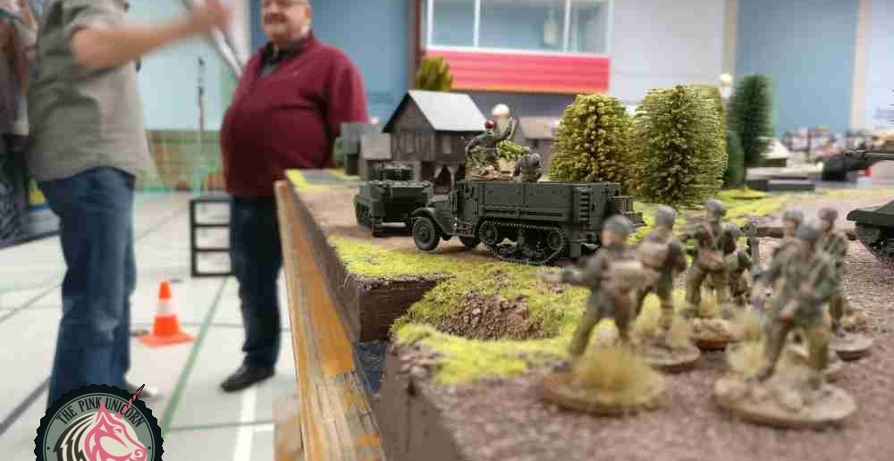 """Die Briten machen sich auf, den Verbindungssteg einzunehmen. Der dünnhäutige RSO (Panzerung """"1""""...!) wird sich schon nicht hervorwagen! Infanteristen folgen und geben Feuerschutz. Der panzerjäger steht ebenfalls bereit, um mit seiner weitreichenden Waffe in die Kämpfe einzugreifen. ( Behind Omaha. Forum / Spielbericht )"""
