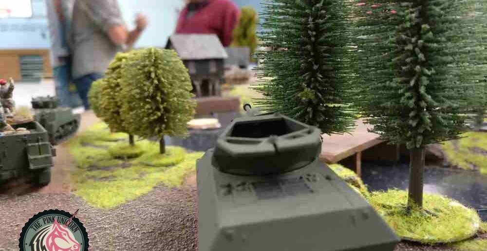 Der Panzerjäger hat seinen Sparringspartner, den Panther, bereits ausgemacht. Er bewegt sich auf die günstige Position an der Brücke zu. Von dort aus kann er den Panther zu fassen kriegen, sobald der sich dem Wasser nähert. ( Behind Omaha. Forum / Spielbericht )