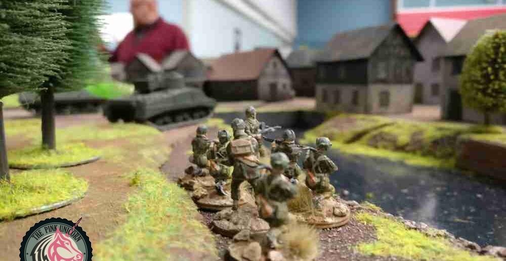 Die Begleitinfanterie des M4 Sherman Firefly ist etwas zurückgeblieben. Man hält nur mühsam Schritt. In 1-2 Runden kann man eingreifen. ( Behind Omaha. Forum / Spielbericht )