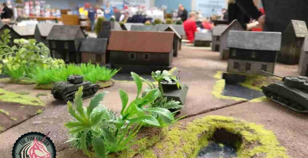 Hier der Blick auf den Dorfeingang aus britischer Sicht. Gepanzerte Kräfte haben Stellung bezogen. ( Behind Omaha. Forum / Spielbericht )