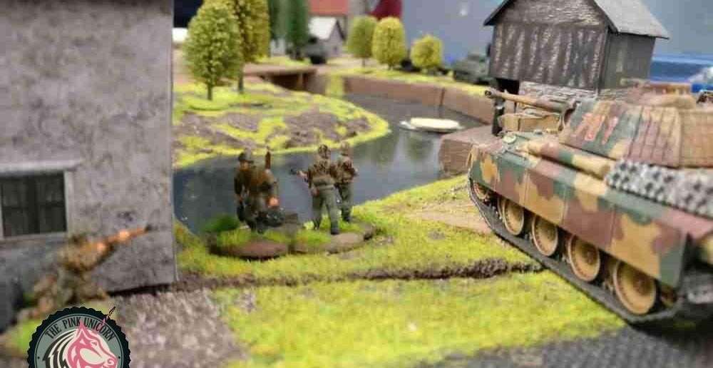 Mit halber Geschwindigkeit rollt der Panther grade noch bis an den Fluss ran. Jetzt kann der fürwitzige Jagdpanzer der Briten aber was erleben. Der  Infanterietrupp geht mit seinem schweren 81mm-Granatwerfer am Fluss an allervorderster Stelle in Stellung. Blöderweise hat das Teil nur 60cm Reichweite. Aber vielleicht reicht es ja... ( Behind Omaha. Forum / Spielbericht )