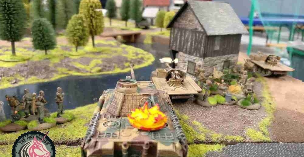 Die beiden RSO fühlen sich auch berufen, in die Kämpfe einzugreifen. Die Briten haben das Gefecht eröffnet und jetzt muss zurückgewemst werden. Zudem steht ein schneller Briten-Tank auf dem Verbindungsweg und droht, den RSO oder den Trupp anzugreifen.( Behind Omaha. Forum / Spielbericht )