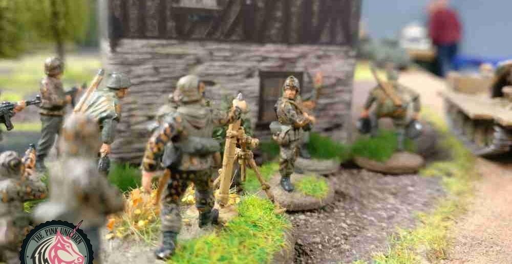Der Schütze mit den Minen sichtet den M5 Stuart und gibt die Position an die Schützen am Granatwerfer hinterm Haus durch. ( Behind Omaha. Forum / Spielbericht )