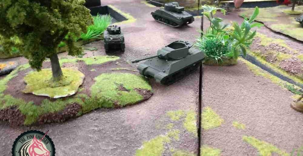 Auf der halbinsel wendet sich der andere britische jagdpanzer vom Dorf ab. Die anderen beiden werden das schon richten. Wichtiger ist dem jagdpanzer, dass die Bedrohung an der britischen Flanke ausgeschaltet wird. Nach dem Verlust von Jagdpanzer und M5 Stuart ist dei Flanke stark geschwächt. ( Behind Omaha. Forum / Spielbericht )