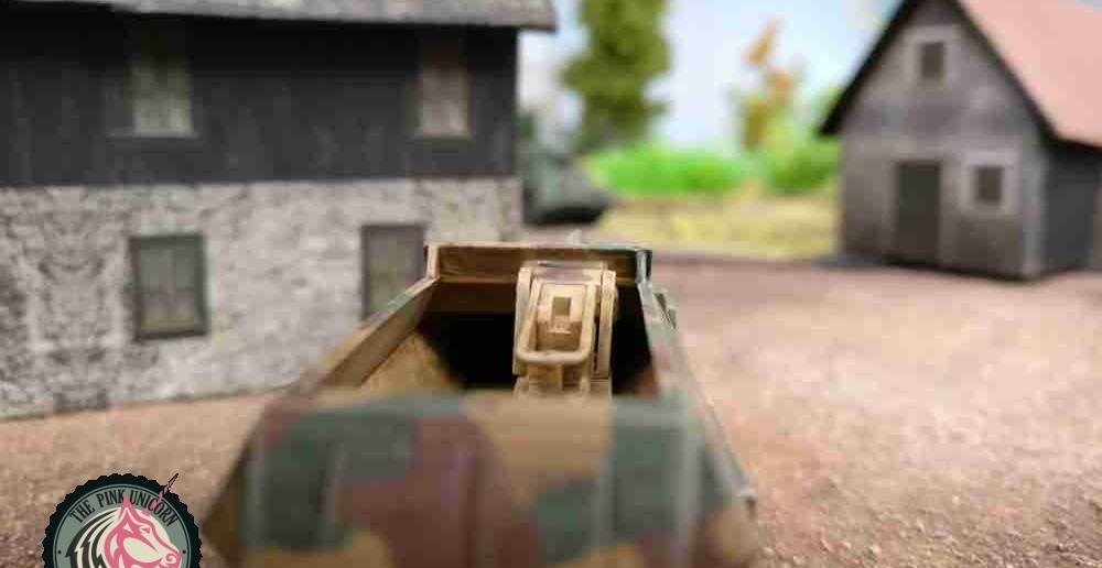 Das eine Sd.Kfz. 251/9 bezieht links des Ortsausgangs Stellung. Den zweiten M5 Stuart hat man bereits im Visier. Jetzt müsste man nur noch treffen. ( Behind Omaha. Forum / Spielbericht )