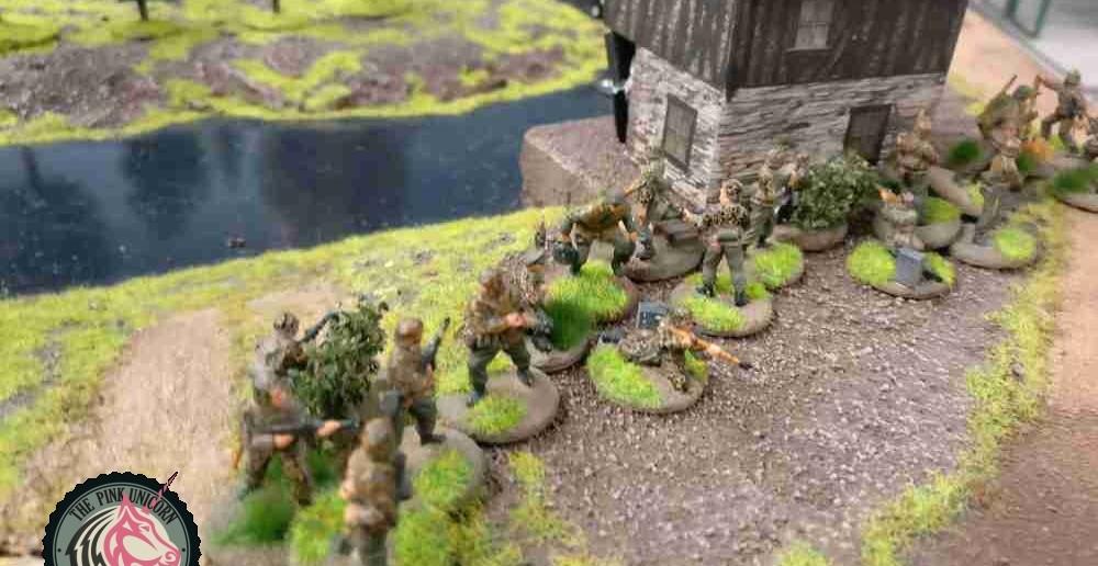 Die deutschen Grenadiere machen sich auf den Weg. Raus aus der Reichweite des britischen Jagdpanzers und hin zum Verbindungsweg in die britisch besetzte Hemisphäre. Dort ist derzeit nur minimalster Widerstand in Form der M5 Halbkette. Den sollte man brechen können. ( Behind Omaha. Forum / Spielbericht )