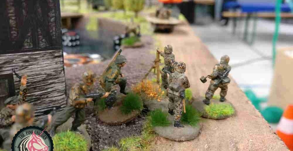 Der erste 10er-Trupp mit Granatwerfer rückt auf den Verbindungsweg vor. ( Behind Omaha. Forum / Spielbericht )