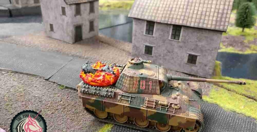 Pardauz! Von der Halbinsel verplättet der blöde britische Jagdpanzer dem Panter einen in den Hintern. Da hat der Sturmi zum zweiten Mal nicht aufgepasst. ( Behind Omaha. Forum / Spielbericht )