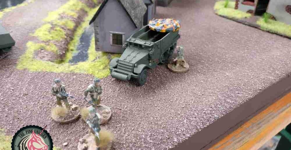 Der M5 Halftrack am Verbindungsweg wird ausgeschaltet. Die Infanterie erleidet Verluste, unter anderem verliert man den Offizier. ( Behind Omaha. Forum / Spielbericht )