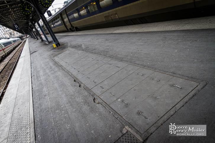 Der Zugang zu dem Bunker unter dem Gare de l'Est liegt mitten auf dem Bahnsteig.