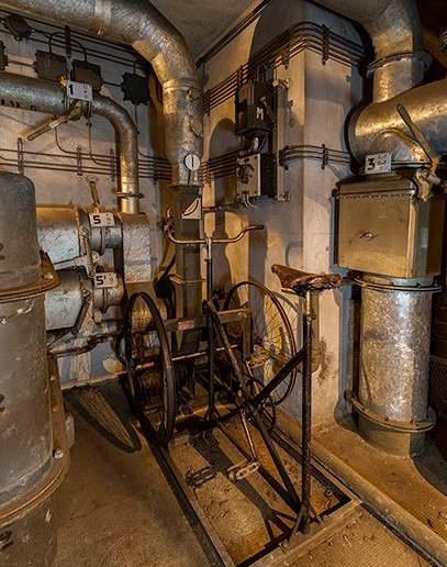 Wie in vielen Bunkeranlagen hatte man auch hier eine pedalgetriebene Ventilationsanlage eingebaut, die bei Ausfall der elektrischen Versorgung die Luftzirkulation sicherstellen sollte.