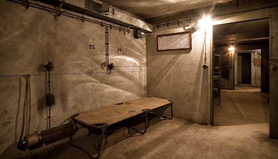 Ein Zustellbett in einem der Räume des Bunkers bietet eine einfachste Ruhestätte.