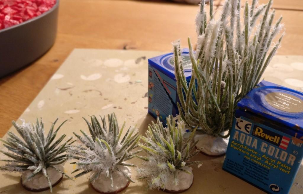 Von den großen Blütenständen / Sträuchern kommen auch welche auf 5-Cent-Bases. Nach Montage ist das Ganze noch ein wenig wabbelig. Zum Trocknen werden die Sträucher zwischen Farbtöpfe geklemmt.
