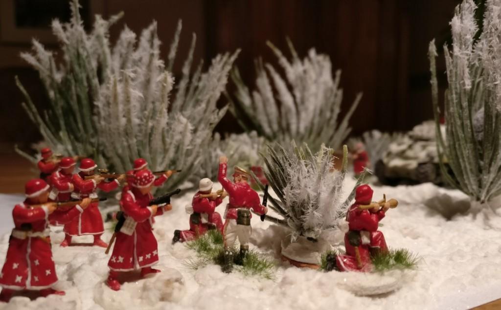 """Die Walnussschleudern fest im Anschlag gehen die Rotröcke unter lauten """"Advent""""-Rufen vor."""