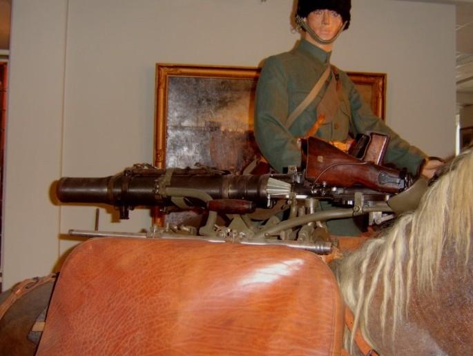 Das Lewis MG M 20 findet sich auf dem Rücken des begleitenden Pferdes.