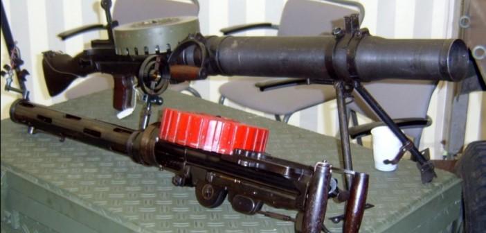 Unterschiedliche Varianten des Lewis MG M.20 waren bei der Niederländischen Armee im Einsatz. Hier auch eine Variante mit Doppelspatengriff