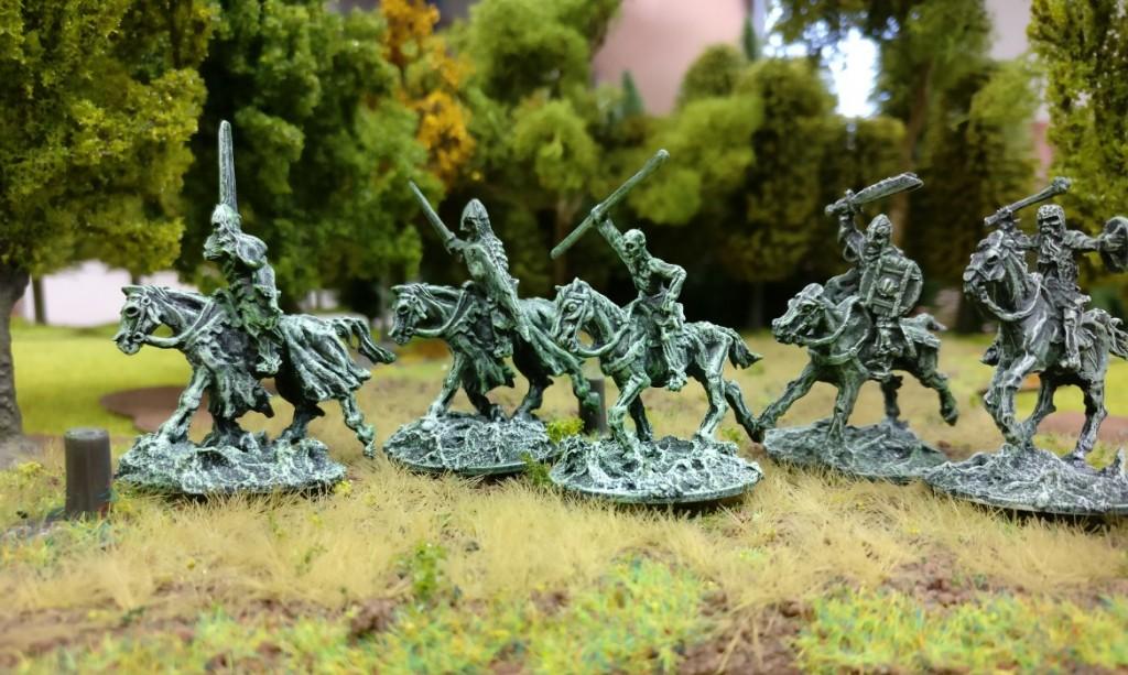 Mit Schwert und Kriegsaxt reiten die Schattenkrieger den Angriff.