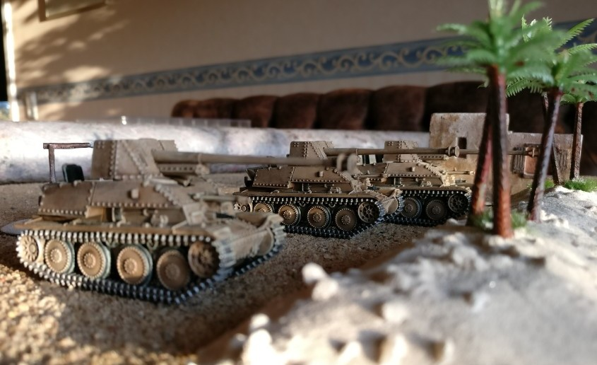 """Der 7,62cm Pak( r ) auf Gw. 38(t) """"Marder III"""" Sd.Kfz 139 in seiner Standard-Rolle als sehr bewegliche Pak - hier in guter Deckung hinter einer mit Palmen bestandenen Bodenwelle."""