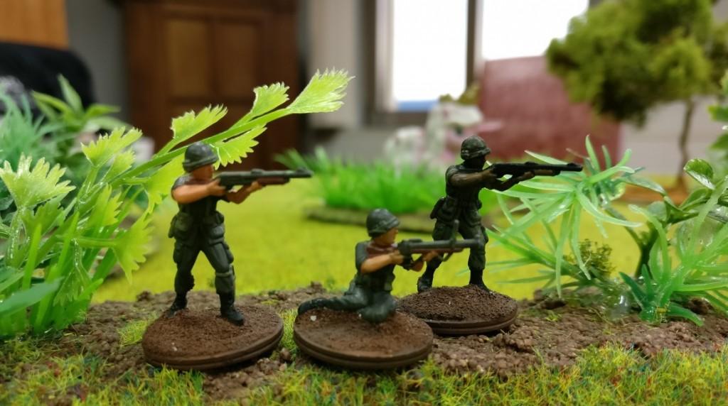 """Forrest Gump und sein """"bester guter Freund"""" """"Babba"""" sowie Leutnant Dan Taylor mit zwei Schrotflinten (Pump-Gun) und einem M79 40mm-Granatwerfer im Projekt """"Vietnam 69"""" von Doncolor."""