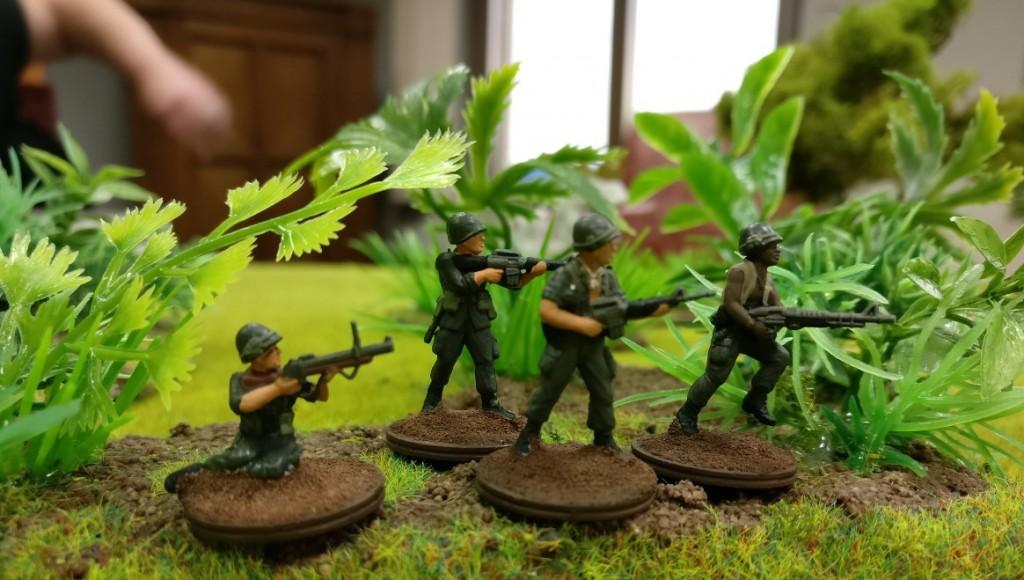"""4 GIs gehen gegen Charly vor, einer versucht sich mit einem M79 Granatwerfer, zwei haben ihr M16 zur Hand ein weiterer das M60 leichte MG im Projekt """"Vietnam 69"""" von Doncolor."""