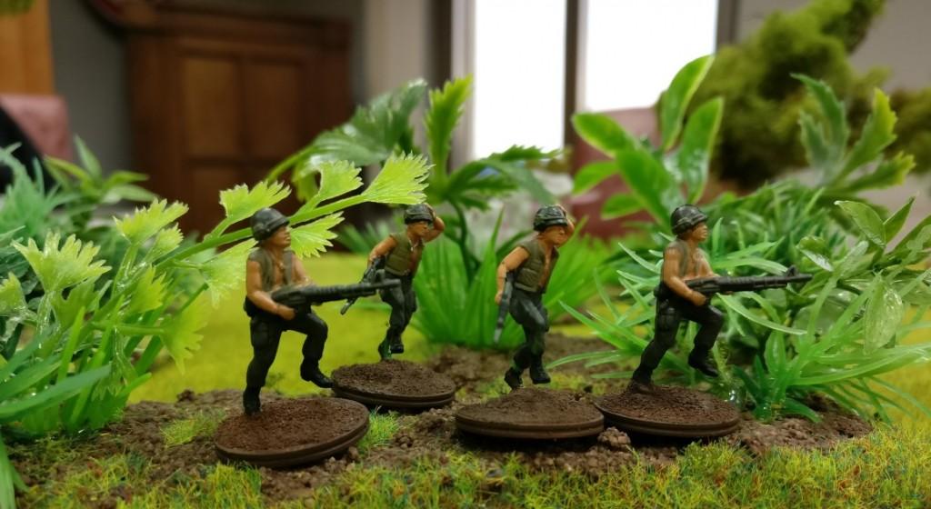 """4 US-Grunts im Sturm mit je zwei M16 und M60) im Projekt """"Vietnam 69"""" von Doncolor."""