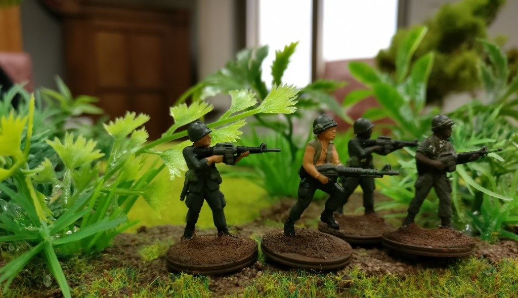 """4 US-Grunts mit drei M-16-Sturmgeweheren und einem M-60-MG im Projekt """"Vietnam 69"""" von Doncolor."""