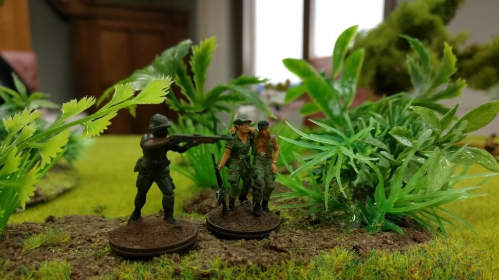 Ein Infanterist mit Schrotflinte und ein Sanitäter.