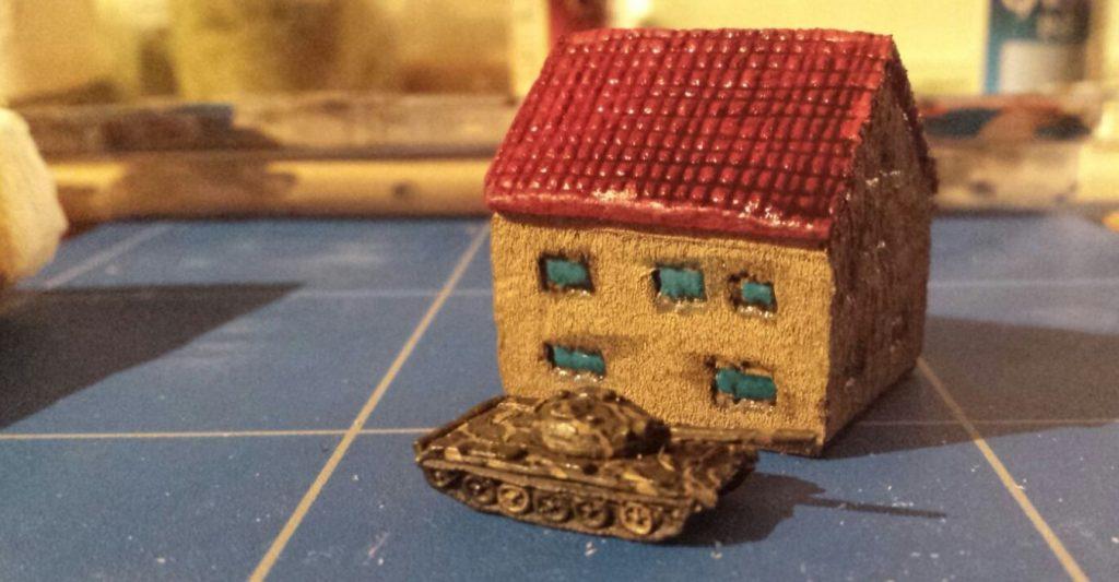 So kam es aus Davids Chat: heißer T-54 vor coolem Wohnhaus. Wenn man bedenkt, dass der T-54 nicht viel größer ist als ein Daumennagel, wird einem bewusst, dass das Haus auch nur etwa Würfelgröße haben kann...