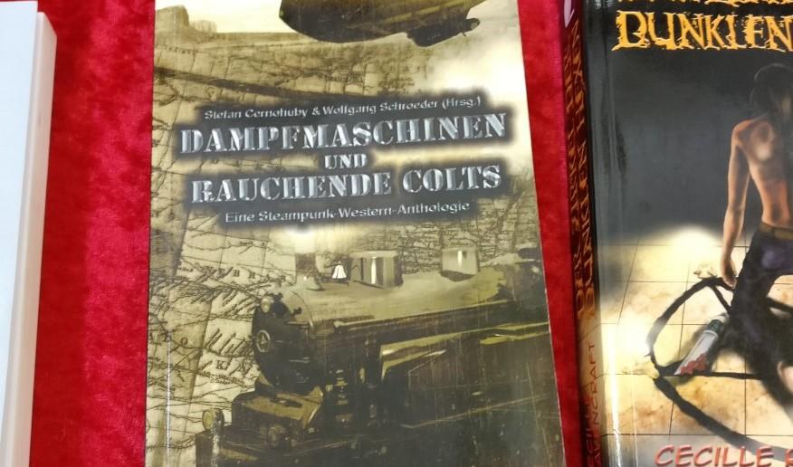 """""""Dampfmaschinen und rauchende Colts"""" ist eine Anthologie, die eigentlich ein Roman ist, welcher von verschiedenen Autoren geschrieben wurde. Jede Menge Steampunk und jede Menge Western in einem einzigen Buch."""